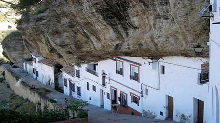 """Enclavado en las sierras de Cádiz estas construcciones reciben el nombre de """"abrigo bajo rocas"""". (Grupo Edisur)"""