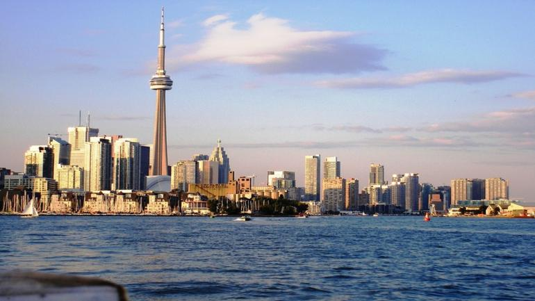 TORONTO. La ciudad canadiense cuenta siete edificios que superan los 553 metros como la CN Tower. (Grupo Edisur)