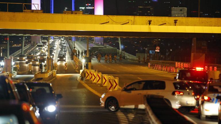 SOLDADOS. Al bloquear el icónico puente del Bósforo, en Estambul (AP/Emrah Gurel).