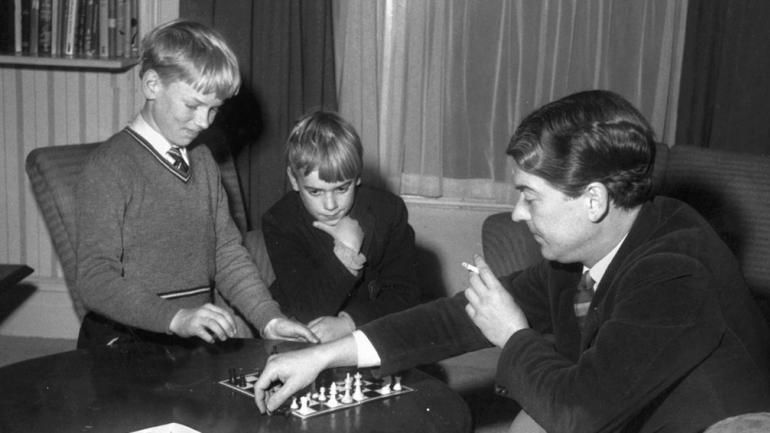 El novelista Kingsley Amis juega al ajedrez con sus dos hijos. De ellos, Martin se convirtió en escritor, aunque su padre se la hizo difícil.