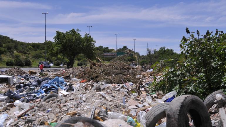 Vereda contaminada. En toda la cuadra de Vespucio al 700, los carreros descargan residuos. (Antonio Carrizo)
