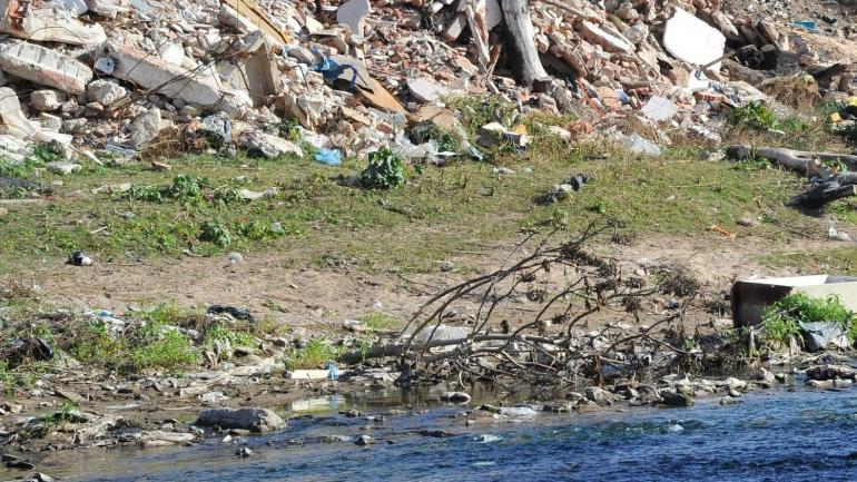 Villa Urquiza, un sector puesto en valor recientemente, totalmente invadido por los desechos.