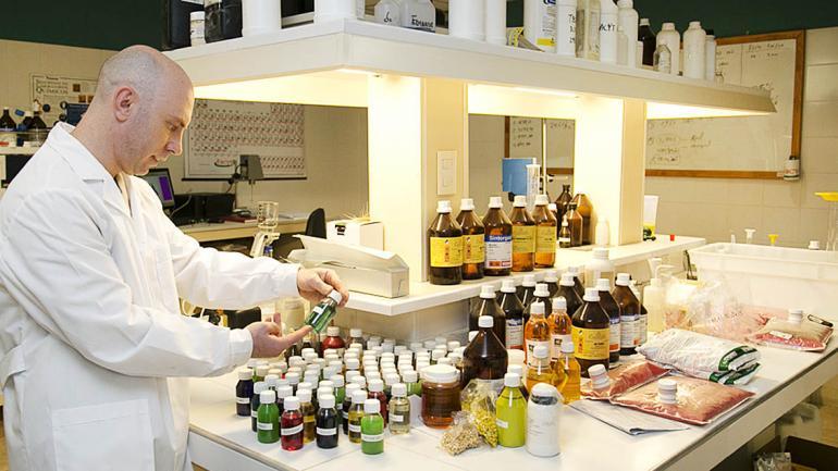 El laboratorio a full para determinar la máxima calidad de nuestros productos. (Facyt)