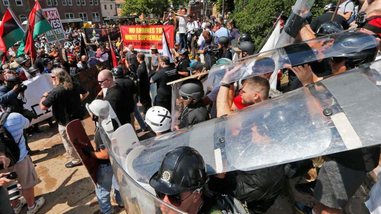 MANIFESTANTES NACIONALISTAS BLANCOS. En Charlottesville, Virginia, el sábado (AP/Steve Helber).