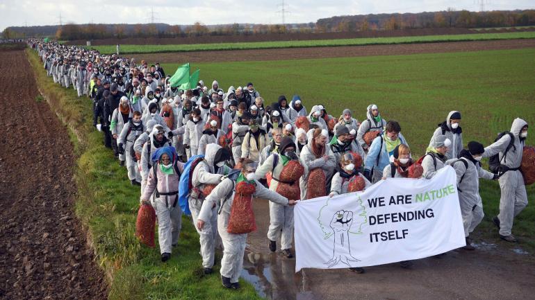 PROTESTAS. Antes del inicio de la COP23, ambientalistas protestaron cerca de una mina de carbón en Alemania. (AP)