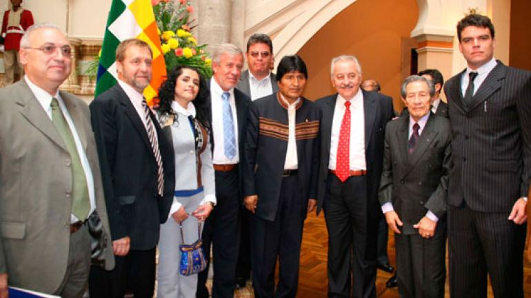 Evo Morales y Gerardo Ferreyra, de Electroingeniería, cuando firmaron el contrato para construir una carretera.