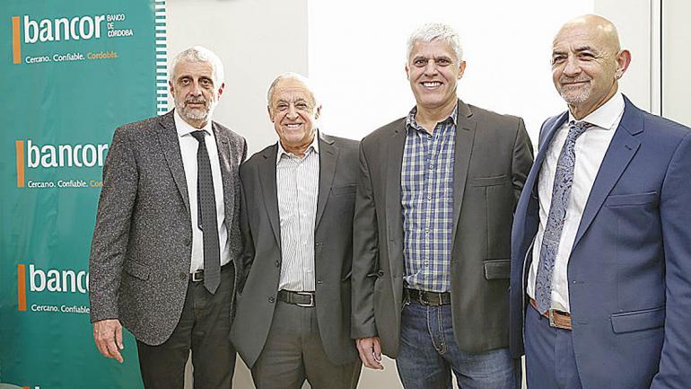 Hugo Escañuela, Vicepresidente de Bancor, Miguel y Alejandro Becerra y Daniel Medina, Gerente de la Sucursal Alta Gracia. (Bancor)