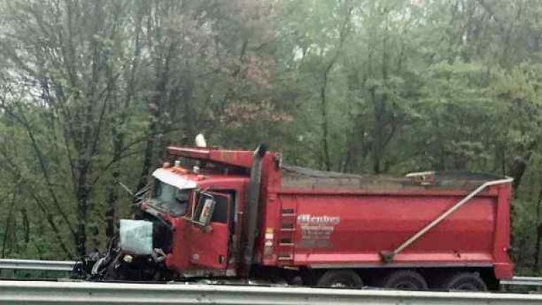 Así quedó el camión después de la colisión con un autobús escolar en Mount Olive. (AP)