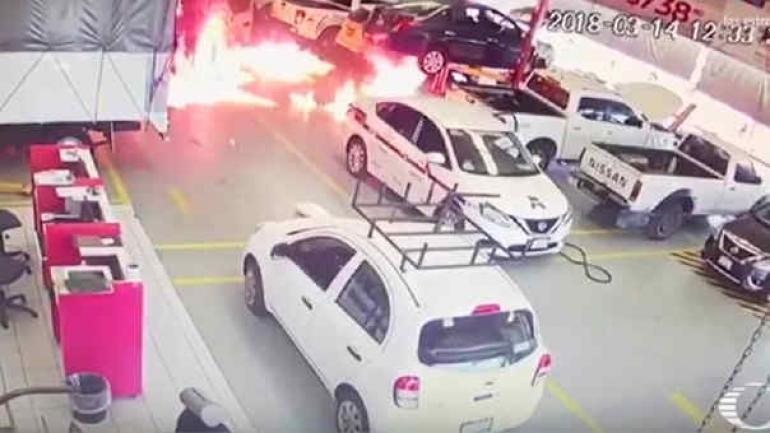 MÉXICO. Miembros del cartel de 'Los Viagras' de Michoacan prendieron fuego a automóviles y camiones (Captura Televisa).