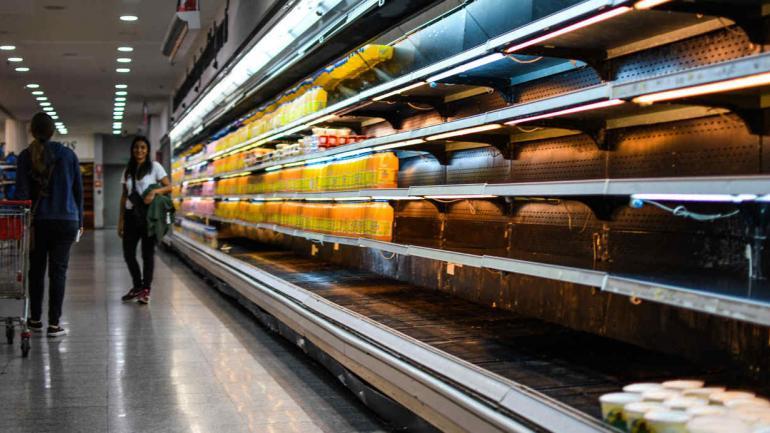 GÓNDOLAS. De un supermercado casi vacías, en Caracas, en enero pasado (Roman Camacho/Sopa Images/Sopa vía Zuma Wire/DPA).
