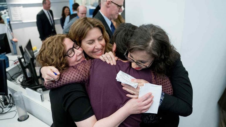 AUTORAS. Desde izquierda a derecha, Alice Crites, Stephanie McCrummen, Amy Gardner y Beth Reinhard, luego de que The Washington Post ganara dos Pulitzer (AP/Andrew Harnik).