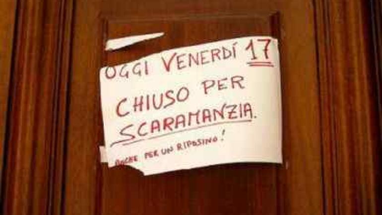 """""""Hoy viernes 17, cerrado por superstición"""", reza este letrero visto en Italia. (Foto: Italy Magazine)"""