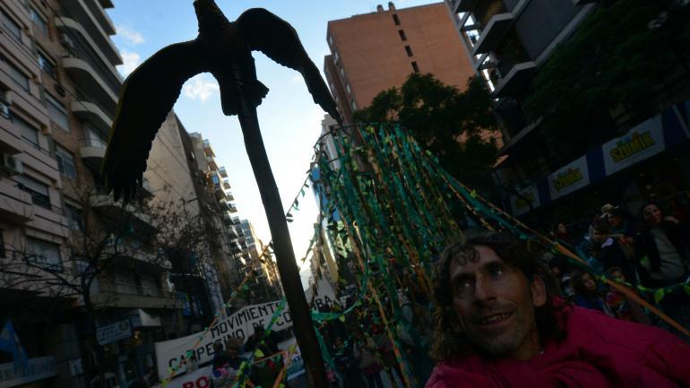 Protesta. En la marcha de ayer, los manifestantes ocuparon dos cuadras y media. La vez anterior fueron seis cuadras. (Nicolás bravo)