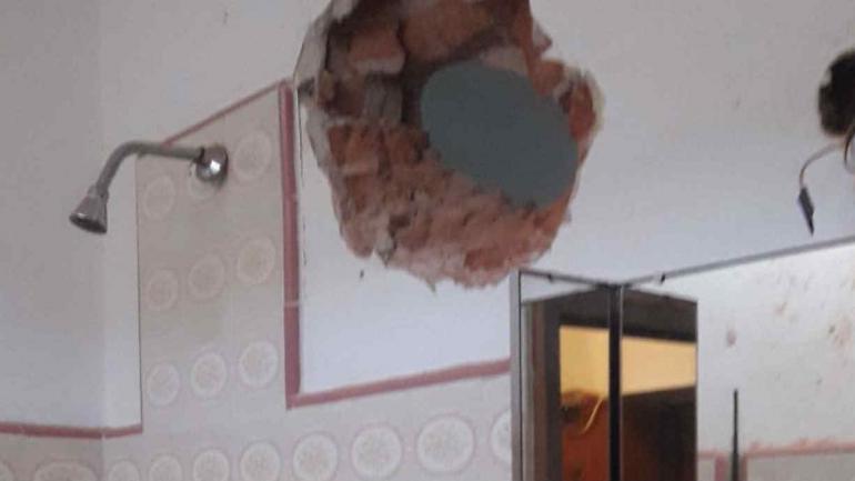 El tubo traspasó una pared de 30 centímetros de diámetro.