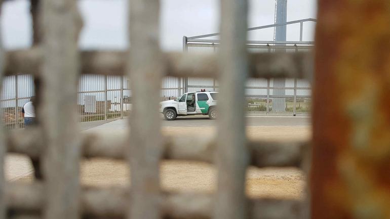 Del lado estadounidense del muro sólo hay guardias y desierto.