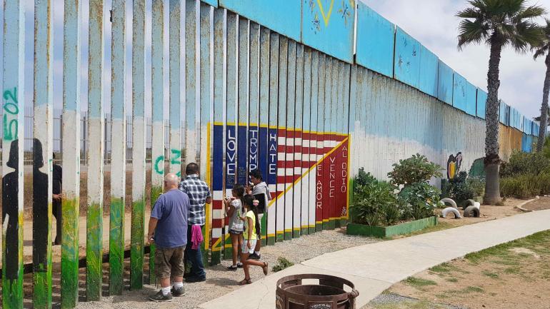 El muro de Tijuana en donde a veces se reúnen los familiares a ambos lados de la frontera