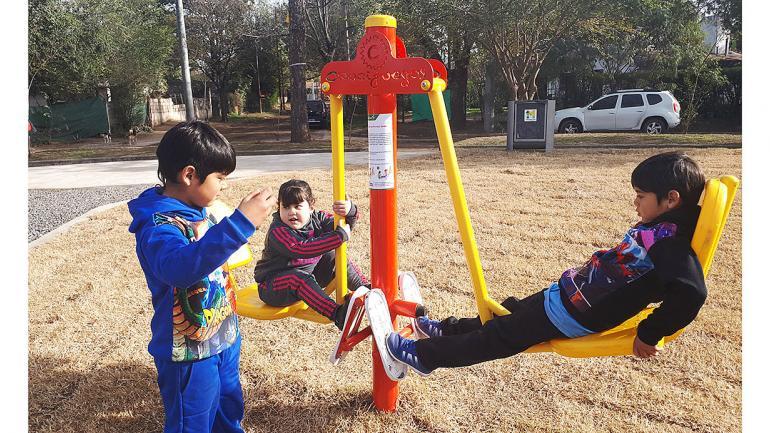 Puesta en funcionamiento de espacios recreativos renovados que ofrecen actividades y juegos al aire libre. (Municipalidad de Mendiolaza)