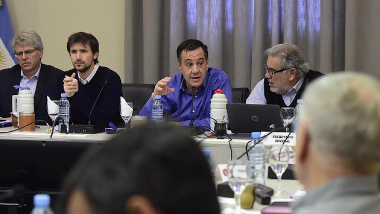 El ministro de Educación de la Nación, Alejandro Finocchiaro, presidió el debate.
