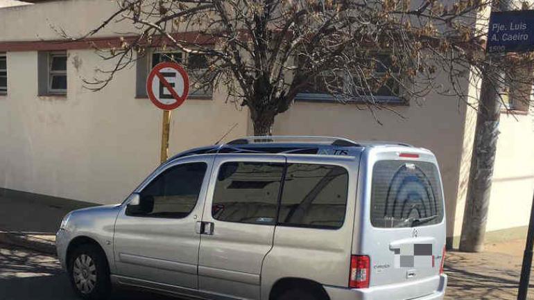 MAL ESTACIONADO. El vehículo estaba estacionado justo sobre la esquina y al lado de un cartel que indicaba que no se podía estacionar. (Martina Sánchez)