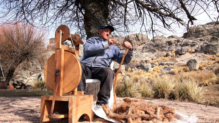 En la rueca. El antiguo oficio de hilar la lana, uno de los tesoros que sus mayores le dejaron a José Antonio (La Voz/Marcela Marbián).