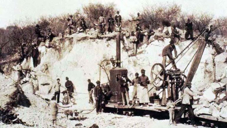 Trabajos. Máquina levantapiedras, utilizada en la construcción del primer dique en Carlos Paz. (Gentileza de Doralice Lusardi)