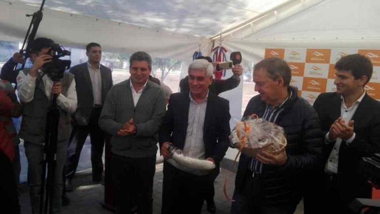 En el acto de entrega de viviendas estuvieron presentes el intendente de Serrezuela, Juan Martín, el gobernador Schiaretti y el presidente del Concejo Deliberante, Ricardo Martín (Municipalidad de Serrezuela)
