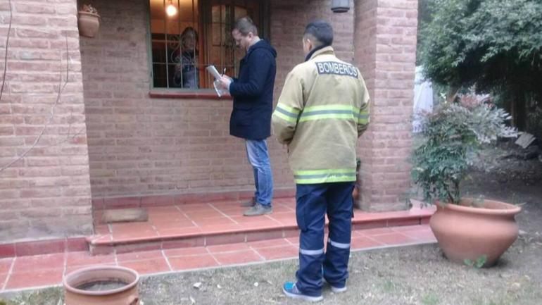 CONCIENTIZAR. A pie recorren distintos barrios para explicar los riesgos del mal uso de sistemas de calefacción. (Facebook Bomberos Voluntarios Mendiolaza)