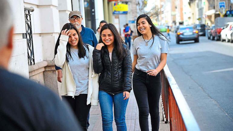 Juntas a la par. Oriana Useche, Camila Herrera y Adriana Useche rumbo al Ipem 270 Manuel Belgrano. Dos hermanas venezolanas y una joven de Santa Cruz. (Sergio Cejas)