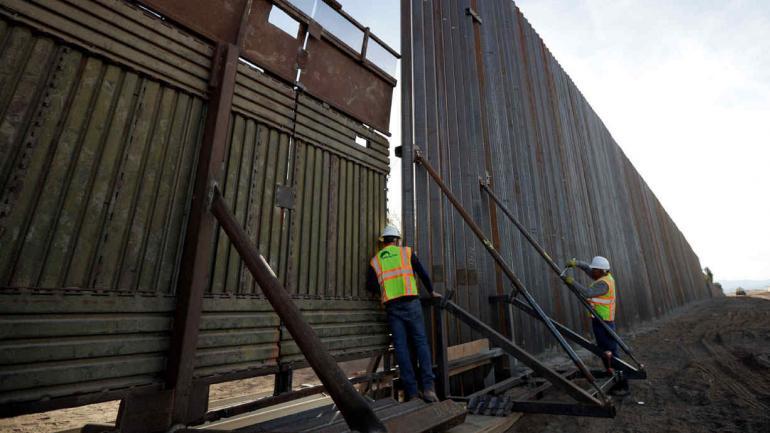 SECCIÓN. La primera recién construida a lo largo de la frontera que separa Mexicali, México y Caléxico, California (AP/Archivo).