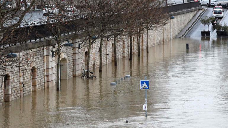 RÍO SENA. En París, este jueves (AP/Christophe Ena).