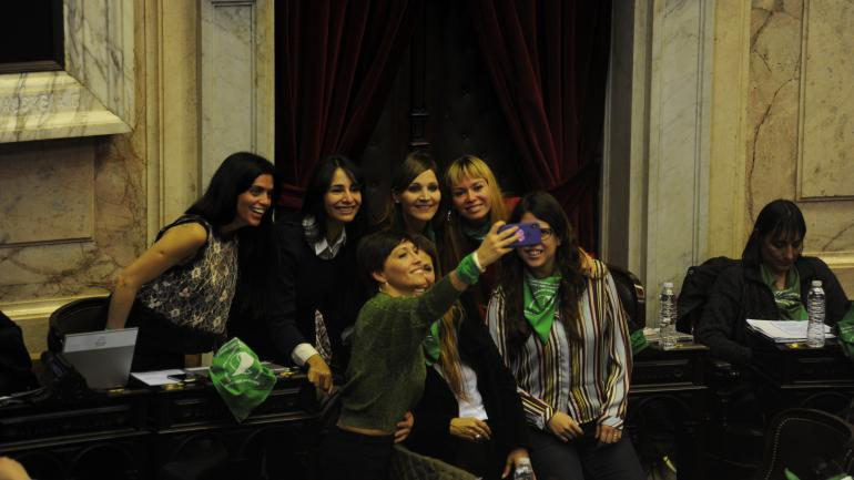Una selfie de diputadas por la despenalización. (Federico López Claro)