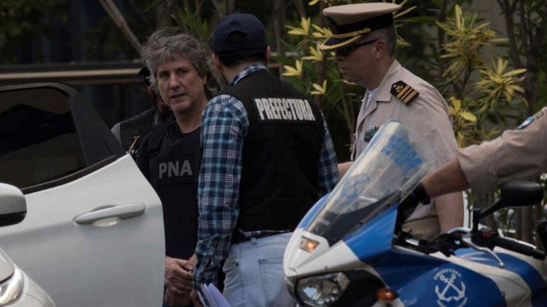 BOUDOU. Al ser trasladado hacia los Tribunales Federales de Comodoro Py, el viernes (Télam/Carlos Brigo).