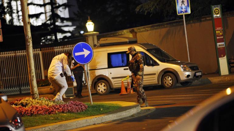 SOLDADOS. En Estambul. Un grupo dentro de ejército de Turquía ha participado en lo que parecía ser un intento de golpe, dijo el primer ministro a NTV (AP/Emrah Gurel).