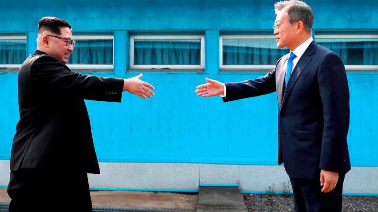 PRESIDENTES. De Corea del Norte (izquierda) y del Sur (Korea Summit Press Pool vía AP).
