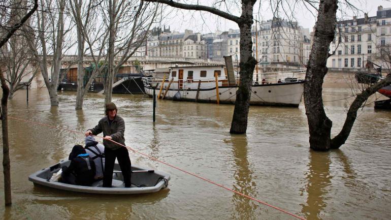 INUNDACIONES. En París (AP/Thibault Camus).