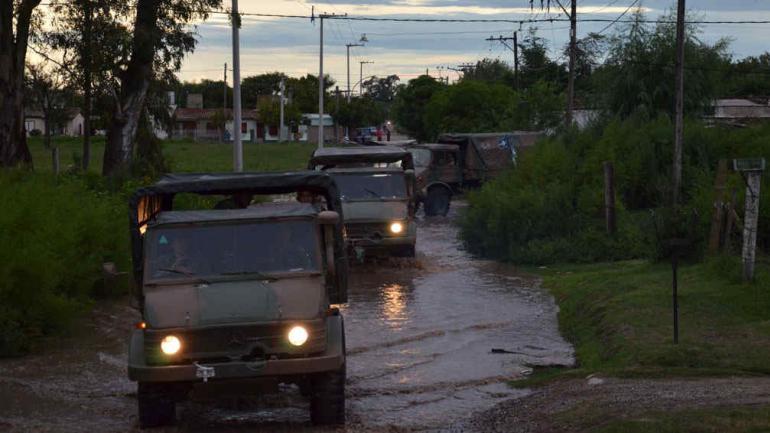 BELL VILLE. Transporte para la asistencia de los damnificados (Prensa Ministerio de Defensa).