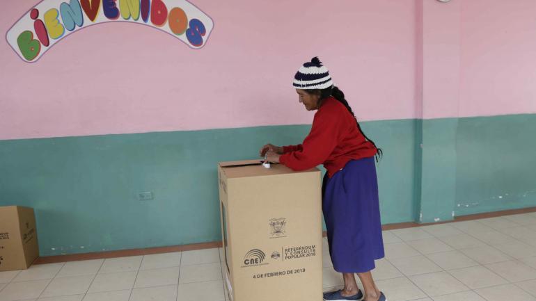 Ecuador vota el referendo (AP).