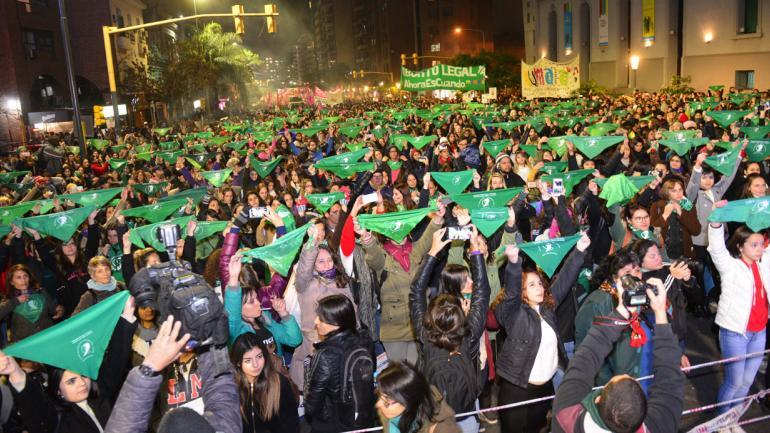 PAÑUELO VERDE. Ícono de la campaña nacional por el aborto legal, seguro y gratuito (Javier Ferreyra/La Voz).
