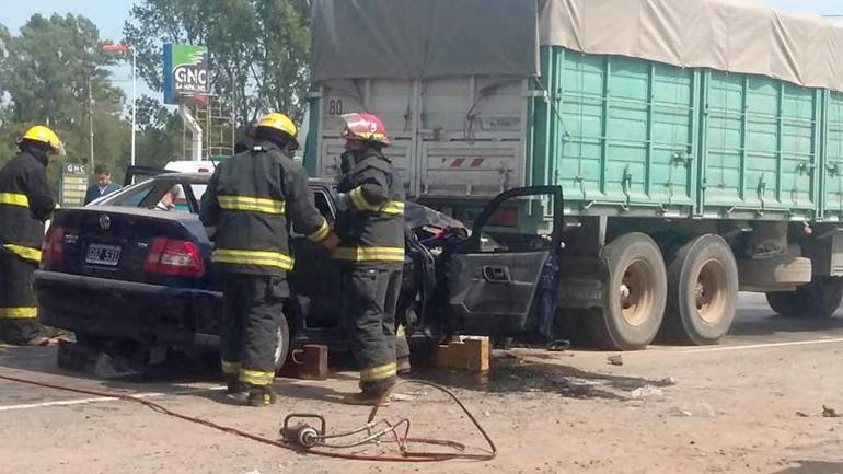 BOMBEROS. Personal de Bomberos Voluntarios de Sampacho sustrajeron a las mujeres del auto. (Puntal)