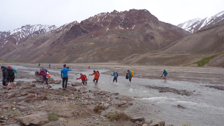 Cruce del Río Vacas, durante la vuelta al pico más alto del continente. (Gentileza de Levemente Desorientados).