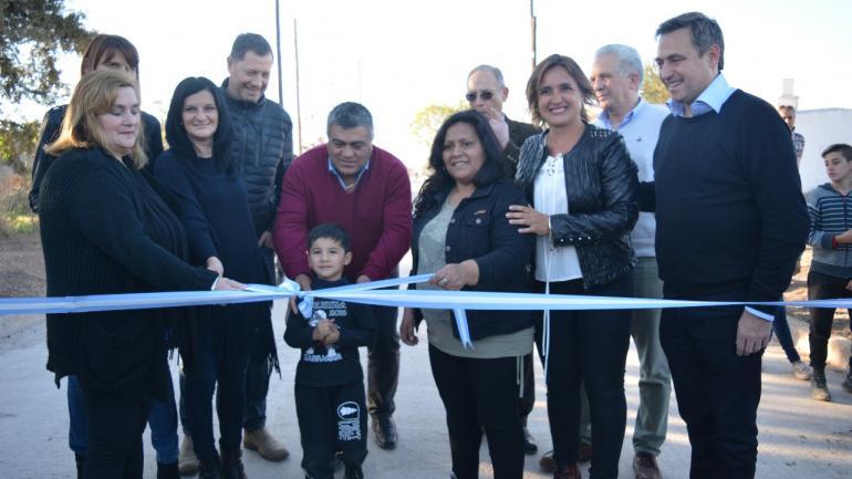 Autoridades municipales y vecinos en la inauguración de la obra (Municipalidad Estación Juárez Celmán)