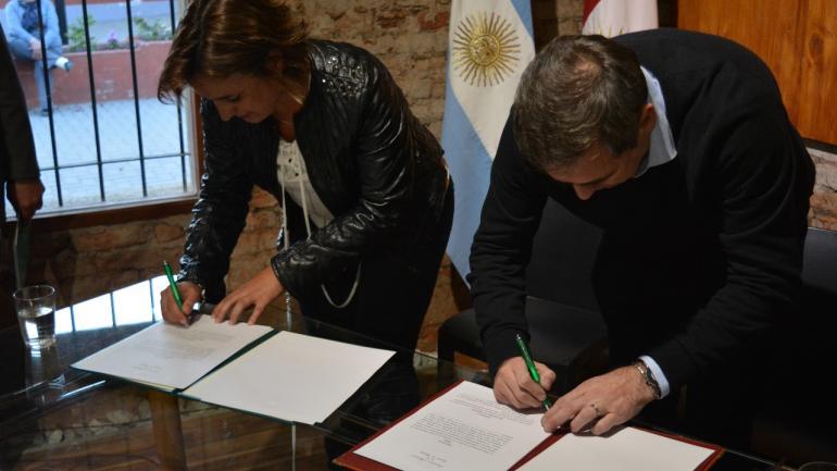 Firma de convenios entre la intendete Myrian Prunotto y el intendente Ramón Mestre (Municipalidad Estación Juárez Celmán)