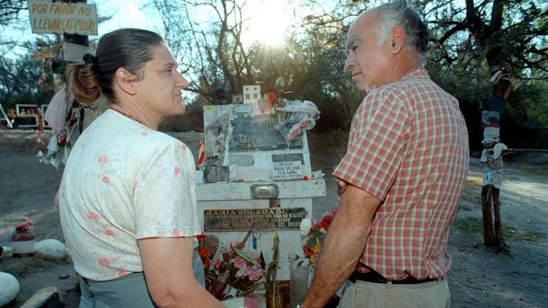 ADA Y ELÍAS. Los padres de Sole, en el lugar donde hallaron el cadáver de su hija. Hoy hay un santuario en su memoria (La Voz/Archivo).