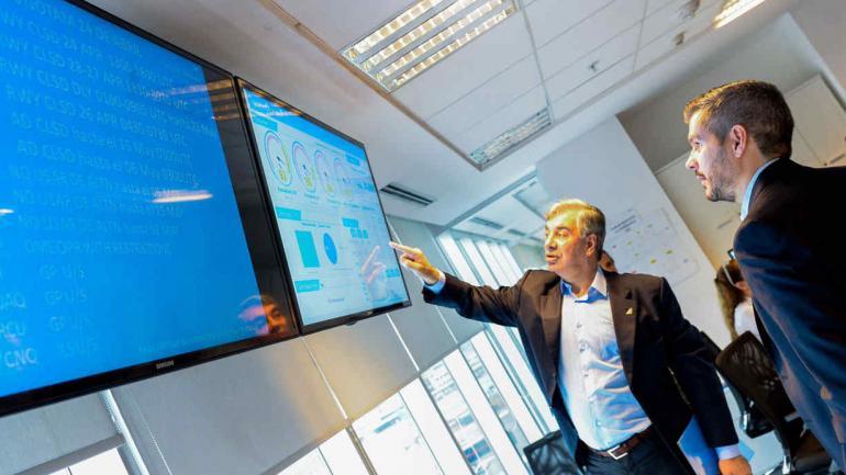 JUNTOS. Dell'Acqua y Peña en el centro de control de Aerolíneas Argentinas (Foto de Twitter@elcancillercom)