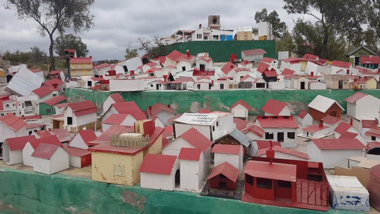 VALLECITO. Maquetas de casas desparramadas por todo el santuario (La Voz).