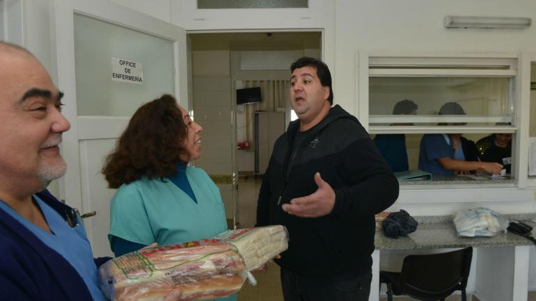 Gesto. Alejandro Licciardi acaba de entregarle sándwiches al personal que atendió a su hija. Ritual que planea repetir todos los meses. (Raimundo Viñuelas)
