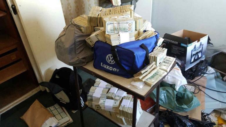 BUENOS AIRES. En los allanamientos en las oficinas privadas de la Afip se encontraron bolsos repletos de dólares (Foto diario Clarín).