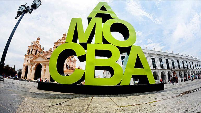 #AmoCba. Instalación artística urbana de Damián Revelli, ubicada en la plaza San Martín. (Municipalidad de Córdoba)