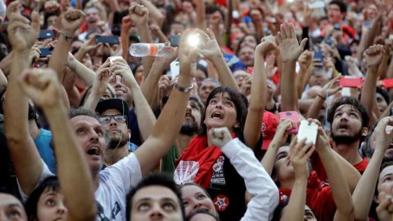 SAN PABLO. Militantes apoyan a Lula (AP).