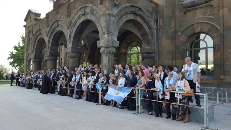 CORDOBESES EN ARMENIA. Un grupo nutrido de personas participan de la visita que el Sumo Pontífice realiza en la tierra de sus ancestros.